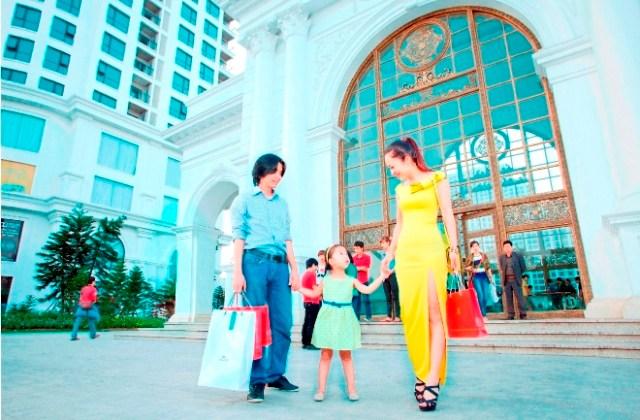 Khách hàng mua sắm tại Royal City