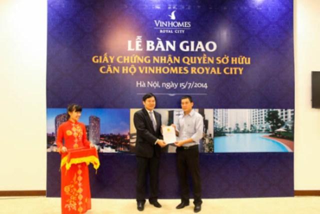 Vinhomes Royal City bàn giao sổ đỏ cho chủ sở hữu căn hộ