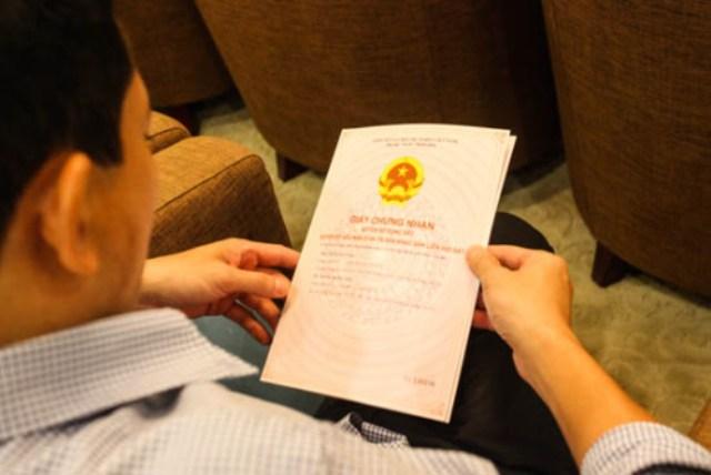 Chủ sở hữu căn hộ chung cư Royal City cầm sổ đỏ trên tay